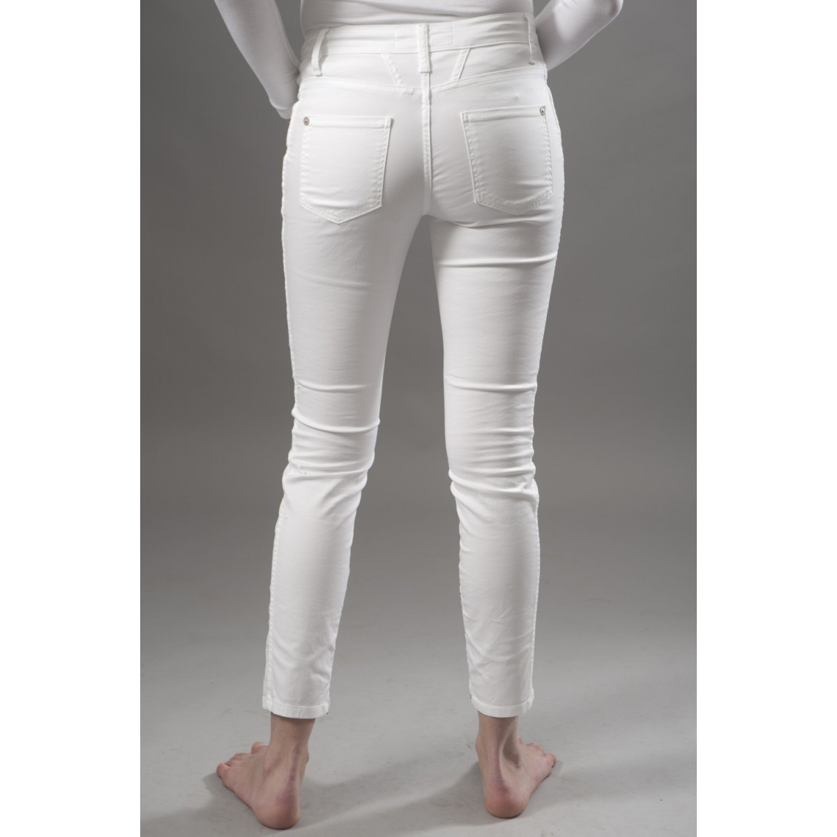 pantalon blanc pourquoi il faut absolument l 39 avoir dans. Black Bedroom Furniture Sets. Home Design Ideas